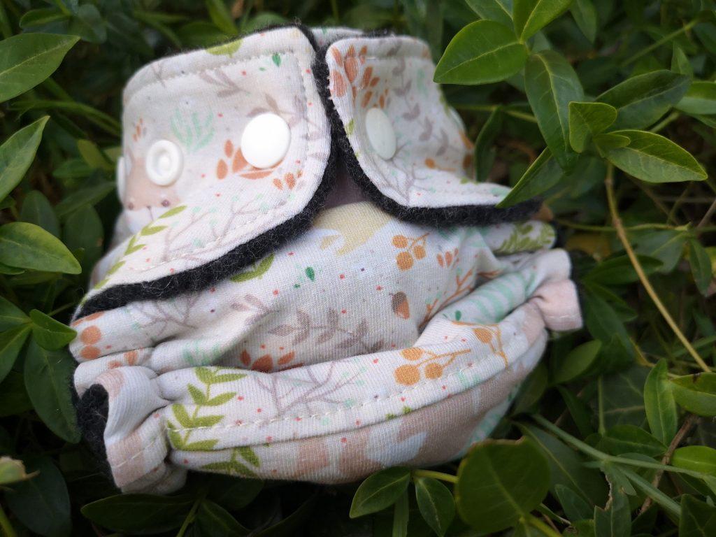 Es ist eine Wollüberhose für Neugeborene mit Waldmotiv der Firma Finiwini zu sehen.